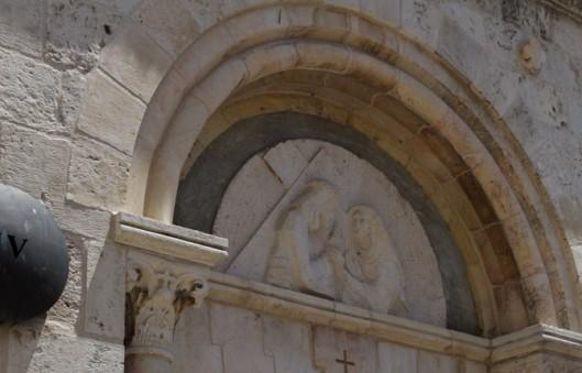 a quarta estação foi onde Jesus encontrou com sua mãe no meio da multidão. No detalhe desenho de Jesus com a cruz e Maria