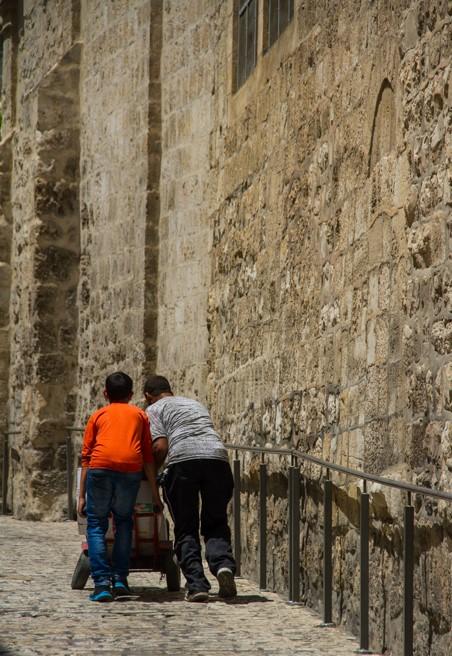 A via dolorosa tem mais ou menos 2,5km, ou seja Jesus foi obrigado a carregar a cruz por todo o percurso
