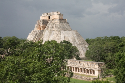 Uxmal_-_Pirámide_del_adivino.jpg