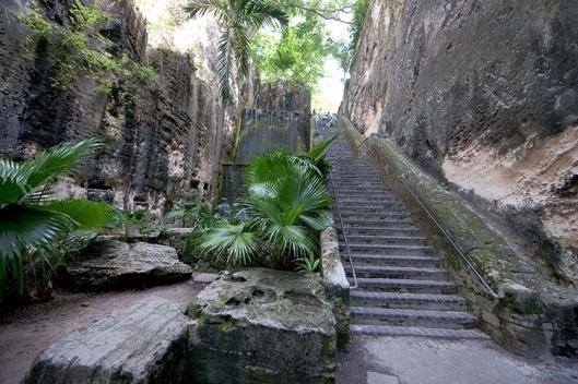 a-escadaria-da-rainha-tem-65-degraus-talhados-em-calcario-solido-por-escravos-no-final-do-seculo-18-o-monumento-historico-foi-construido.jpg